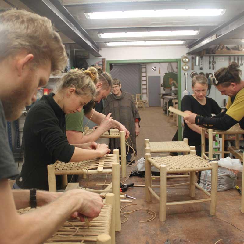 Kursisterne lære at flette sædet på Grøn Sløjd kurset