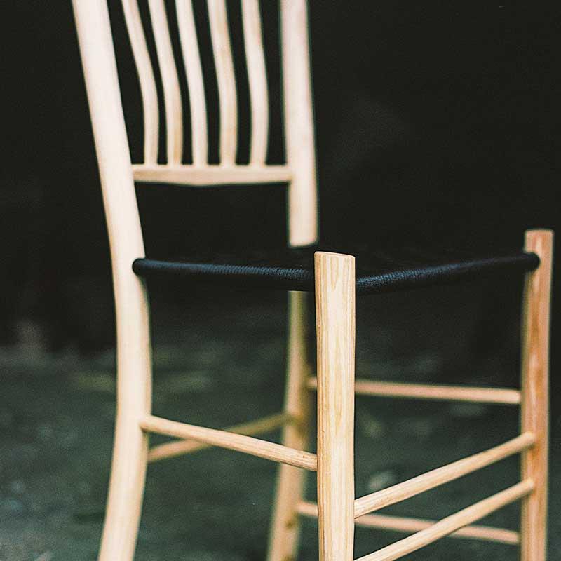 Smuk stol lavet af grøn sløjd med flettet sæde