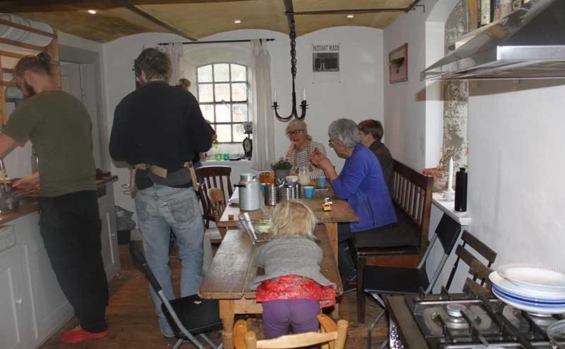 Kursisterne spiser frokost på grøn sløjd kurset