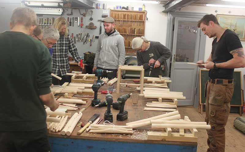 kursisterne arbejder med stole ben