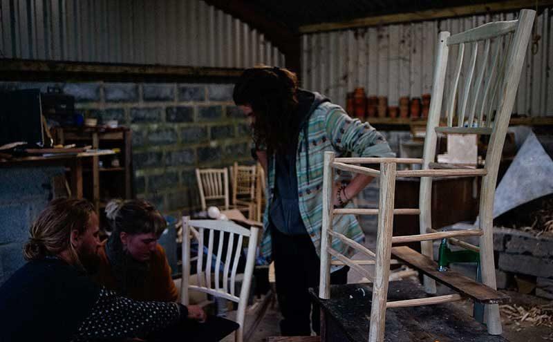 Undervisning i produktion af en stol i grøn sløjd